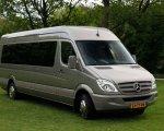 13-persoons zeer luxe Mercedes touringcar en voorzien van luxe lederen stoelen, tafeltjes en keuken met koelkast.