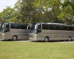 25-50-persoons touringcar met getint glas en voorzien van luxe lederen stoelen, tafeltjes, toilet en keuken met koelkast.